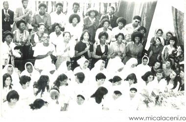 candidatii la botez si un grup de americani si africani in vizita