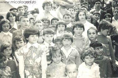 la botezul din 1988, a fost prezenta o sora cantareata din Suedia -LINDA_ care s-a pozat la strada in mijolucl copiilor