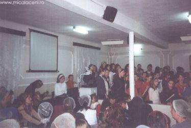 Grupa de adolescenti - canta in timpul unui program de Paste