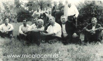 Mihuta Savu (Savulica) impreuna cu un grup de frati din Mandruloc- fotografia este facuta intr-un cimitir