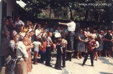 fanfara in curtea Bisericii la un program de Botez