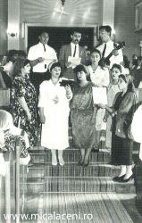 grup de tineri Micalaceni- cantand