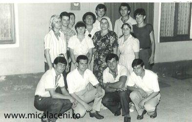grup de tineri in curte la Biserica Veche